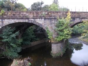 מסילת הרכבת מעל לנחל