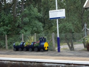 כאן יורדים כדי להגיע למוזיאון  עציצי רכבת כאלה ראינו בכל התחנות