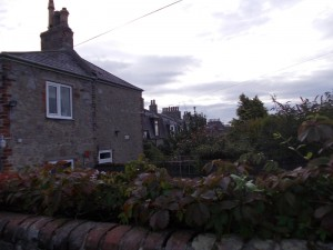 מבט על טור הבתים מהחצר