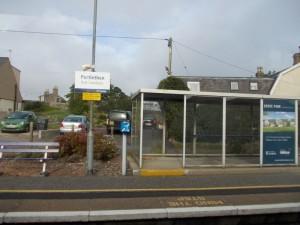 תחנת רכבת, שלט דו-לשוני