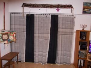 וילון חדר המגורים, מלפנים שלושה חלקים של דוגמית ארוגה בידי, מאחור בד קורדרוי.