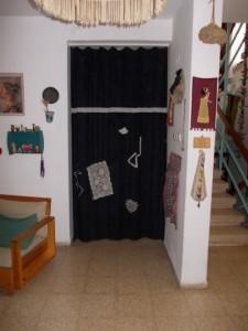 הוליןם שעוצר קור מכיוון דלת הכניסהץ קורדרוי מקושט בקטעי תחרה