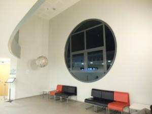 פרוזדור לפני דלת האודיטוריום 'שטריקר' תל אביב