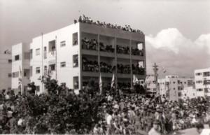 הקהל במצעד יום העצמאות 1957 בתל אביב
