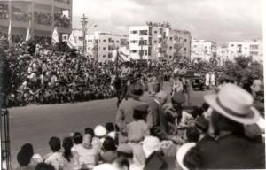 קהל במצעד יום העצמאות 1957 בתל אביב