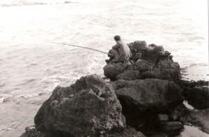 דיג אלמוני בחוף קיסריה 1957