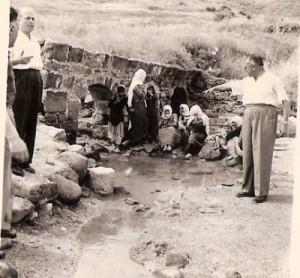 הדוד E ליד בידואים בנגב 1957