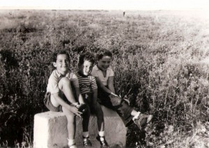 3 ילדים ברגבה 1957