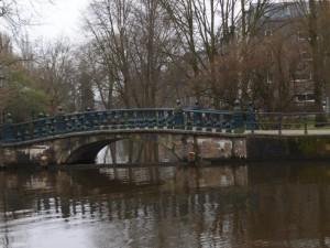 מהורטוספלנטסון אפשר לעבור את הגשר הירוק , להסתובב על עוד גשר , שוב שמאלה ונמצאים ברחבת הסוור.