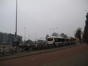 המוני אופניין חונים בסביבת תחנת הרכבת המרכזית