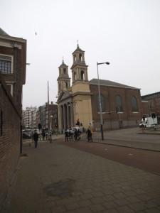 כנסיית מוזס ואהרון בככר השוק waterloop plein שם קנינו פעמיים בשבוע מימין עוברים ליד המוזיאון היהודי