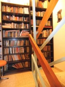 ספריה באמצע המדרגות - בעיקר ספרי קריאה [עברית אנגלית הולנדית]