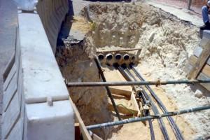 המון צינורות גומי, מוכנים להשחלת כבלים.