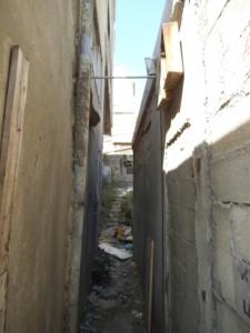 'חצר' בין שני בתים ברח' החלוץ