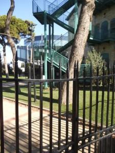 מדרגות המילוט של בית רפפורט ומאחוריהן גב בנין האודיטוריום בשילוב נהדר לסביבה
