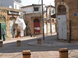 רחוב מרוצף יפה סוחר בודד ושקט עצוב