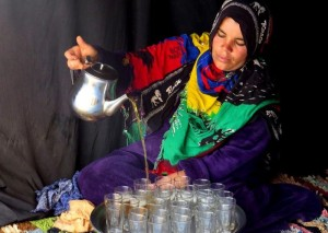 מוזגת התה באוהל אירוח בסהרה