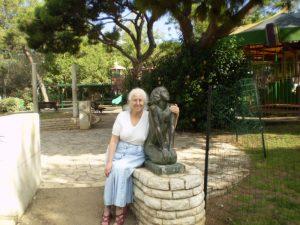 הנני ליד פסל 'ציון' בגן האם חיפה