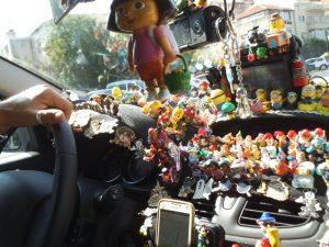 גם מעל להגה יש בובות